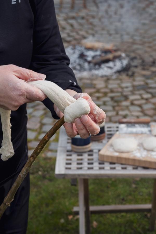 Stockbrot Rezept Ideen perfekt für ein Lagerfeuer teig um stock wickeln rezept