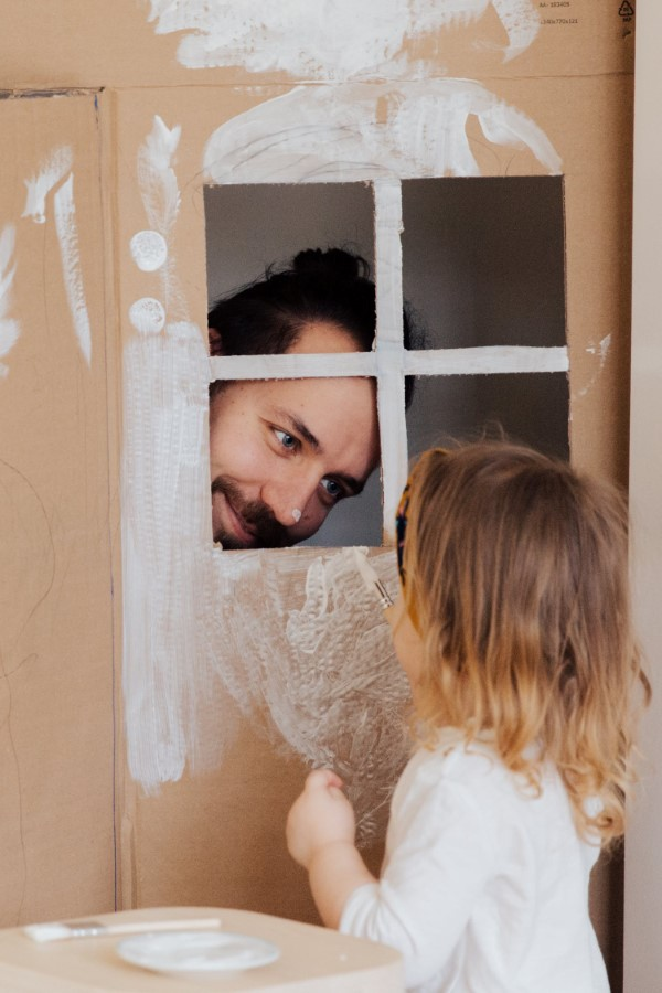 Vatertag Geschenk basteln – Wissenswertes und kreative Bastelideen kinder spiele mit vater