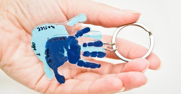 Vatertag Geschenk basteln – Wissenswertes und kreative Bastelideen schrumpffolie handabdrücke kinder