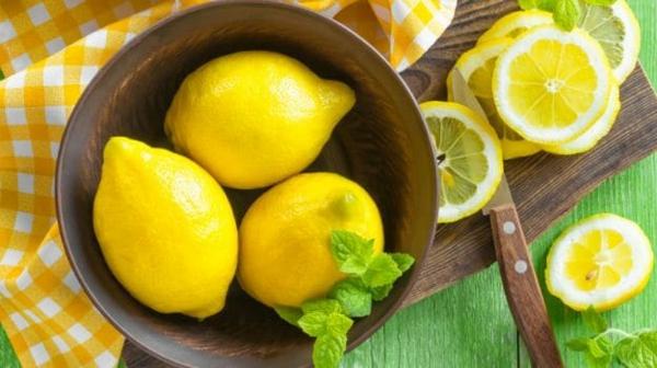 Zitronendiät Entgiftungsgetränk zubereiten Zitronen in Schale