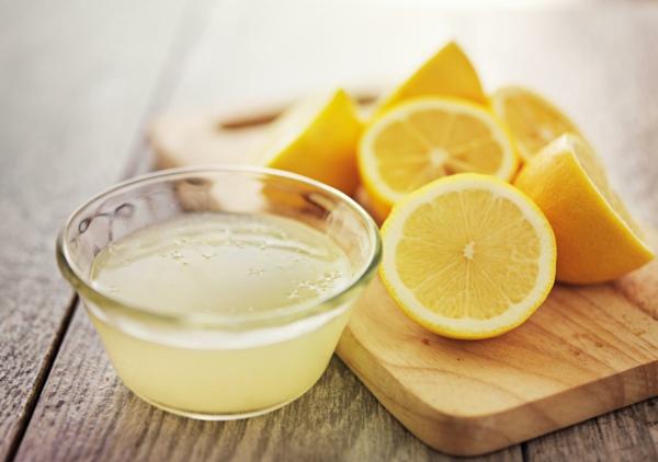 Zitronendiät Entgiftungsgetränk zubereiten Zitronen pressen
