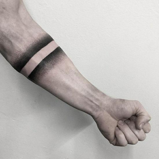 armband tattoo blackwork gepunktete tätowierung