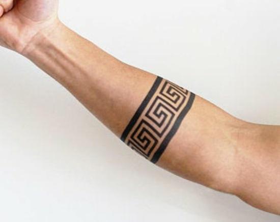 armband tattoo blackwork römische zeichen