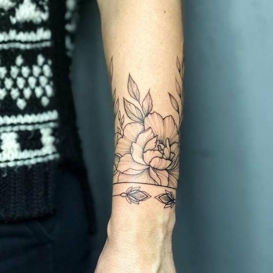armband tattoo damen blackwork blumen