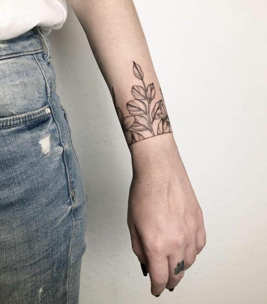 armband tattoo trend damen blätter