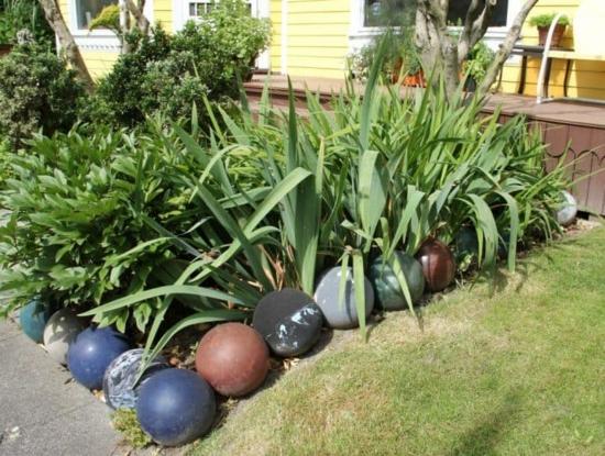 beeteinfassung ideen bowling bälle