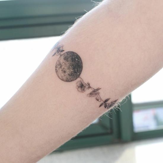 blüten mond armband tattoo damen