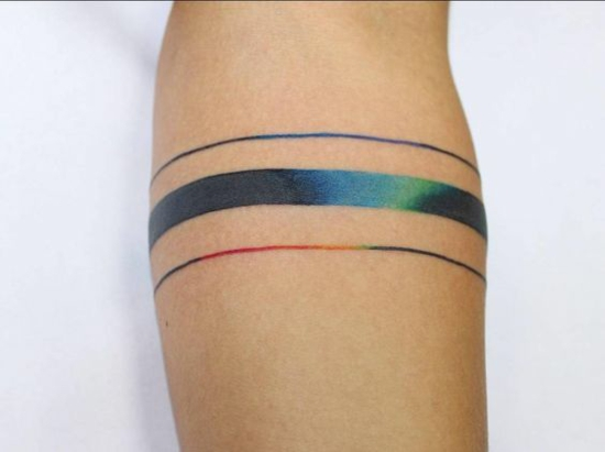 bunte streifen armband tattoo