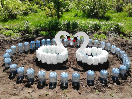 gartendeko ideen selbermachen gartenbeet schwäne pet flaschen