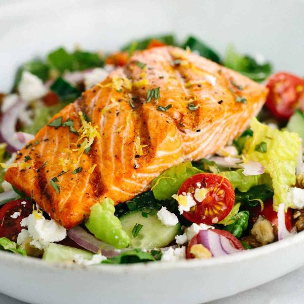 gesund abnehmen Lachs frischer Salat Zwiebel Gurken Tomaten grüne Blätter feinster Geschmack