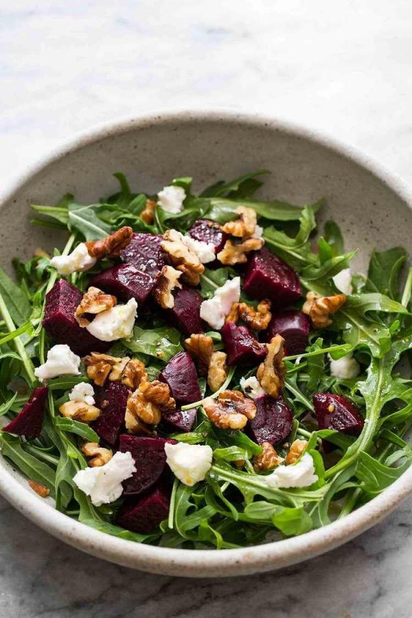 gesund abnehmen Rote Beete-Salat Ziegenkäse Löwenzahnblätter einige Walnüsse darauf verteilt