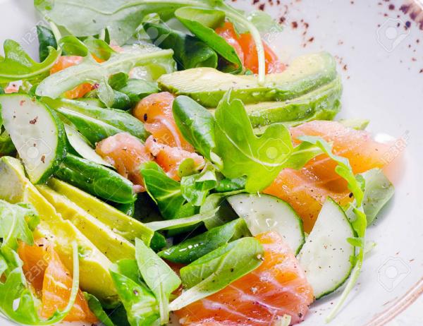 gesund abnehmen Salat mit Fisch schmeckt vorzüglich macht gesund