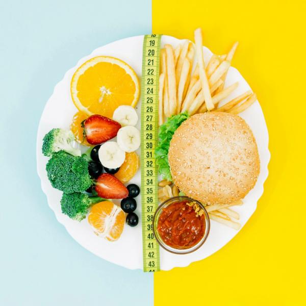 gesund abnehmen frisches Gemüse Obst wenig verarbeitete Lebensmittel essen statt Hamburger Kartoffeln und Tomatensoße