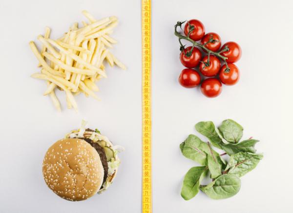 gesund abnehmen frisches Gemüse wählen Tomaten Spinat statt Kartoffeln Hamburger