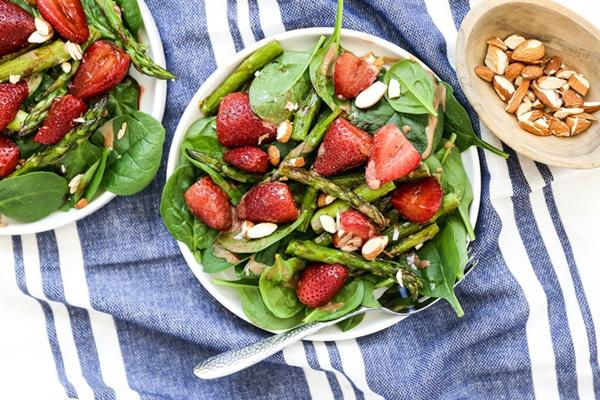 gesunde salat rezepte mit grünem spargel und erdbeeren