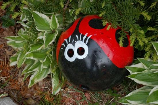 marienkäfer aus bowling ball gartendeko selber machen