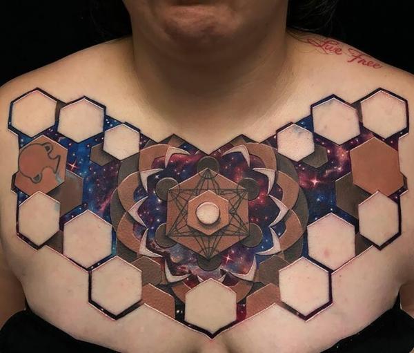3d tattoo brust tätowierung abstrakte motive