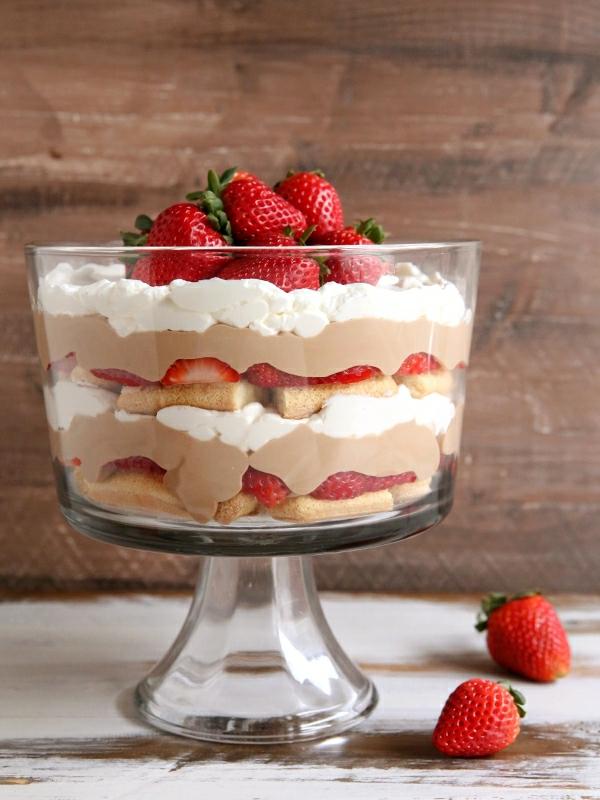 Erdbeer-Tiramisu im Glas Dessertideen reife Erdbeeren