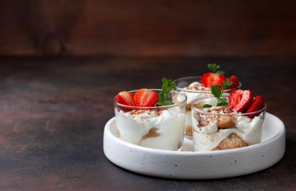 Erdbeer-Tiramisu im Glas zubereiten und servieren