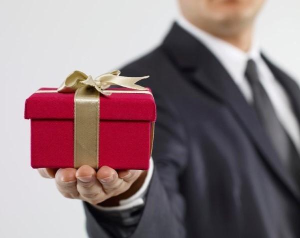Firmengeschenke und worauf Sie bei der Wahl achten müssen rote geschenke firma
