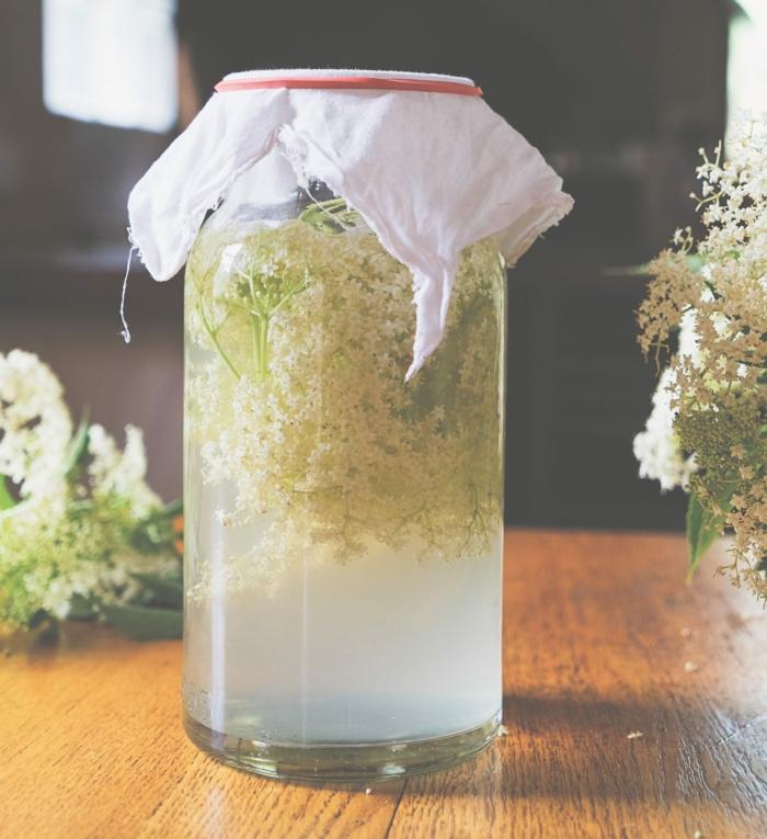 Holunderblüten Rezept sirup flasche tuch