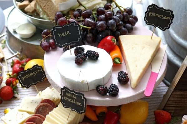Käseplatte dekorieren – Tipps für eine perfekte Vorspeise käse beeren kombi