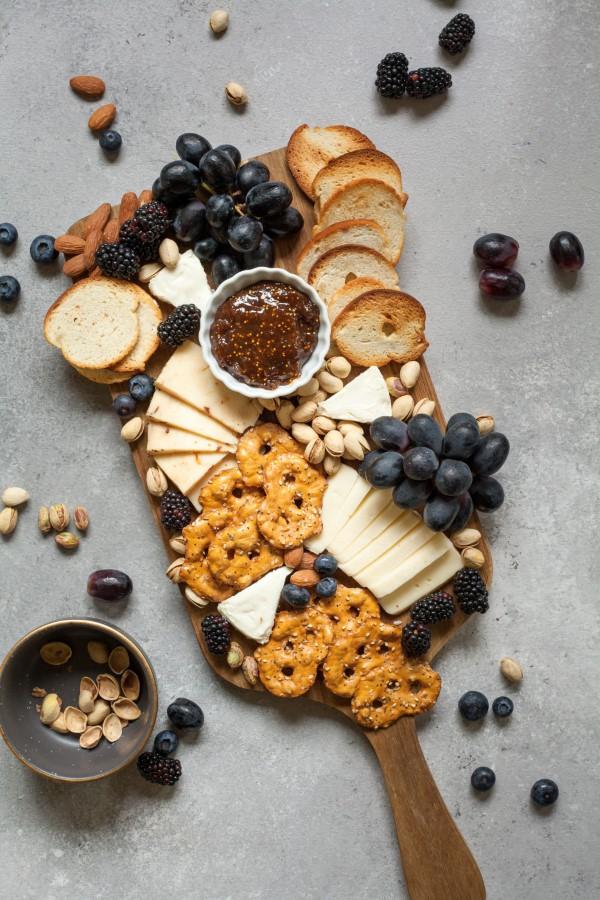 Käseplatte dekorieren – Tipps für eine perfekte Vorspeise käse brett schneidebrett diy