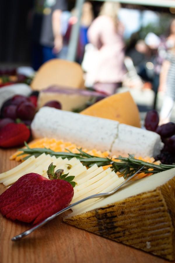 Käseplatte dekorieren – Tipps für eine perfekte Vorspeise käse ideen servieren