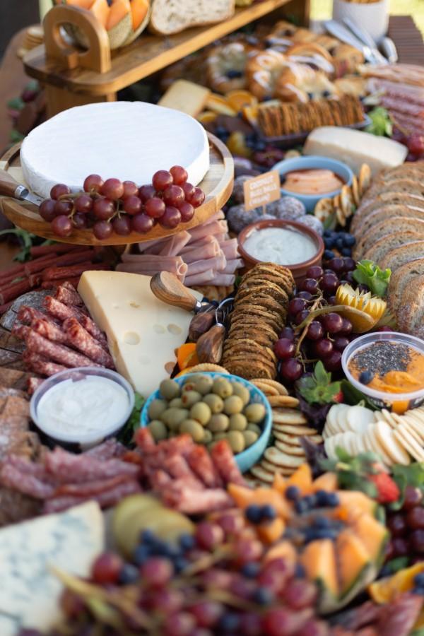 Käseplatte dekorieren – Tipps für eine perfekte Vorspeise käse picknick romantik