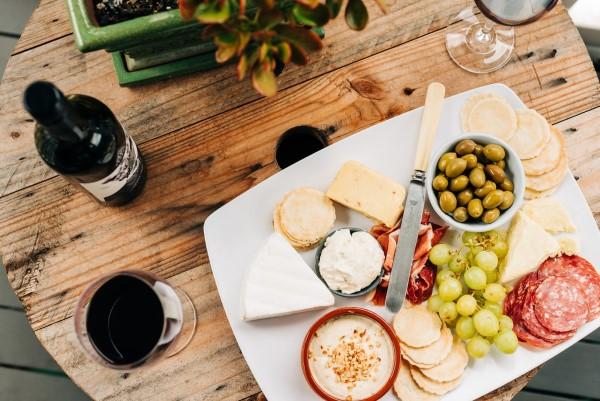 Käseplatte dekorieren – Tipps für eine perfekte Vorspeise käse platte brett