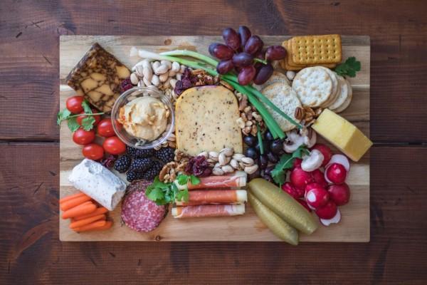 Käseplatte dekorieren – Tipps für eine perfekte Vorspeise käse platten delikatesse