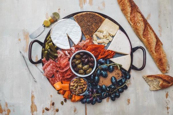 Käseplatte dekorieren – Tipps für eine perfekte Vorspeise käse präsentation ideen