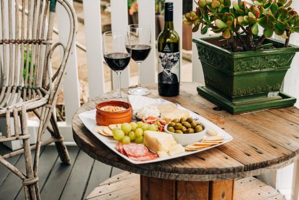 Käseplatte dekorieren – Tipps für eine perfekte Vorspeise picknick terrasse balkon
