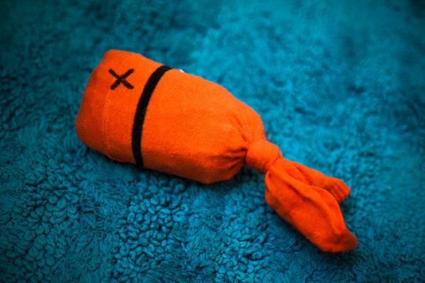 Katzenspielzeug Spielzeug mit Socken basteln orange Fisch