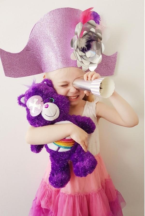 Piratenhut basteln mit Kindern – coole Ideen für Ihre nächste Kostümparty kind mädchen rosa hut