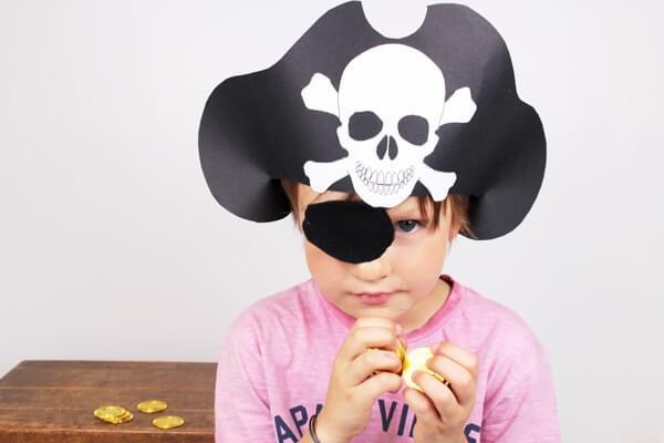 Piratenhut basteln mit Kindern – coole Ideen für Ihre nächste Kostümparty kind piratin diy