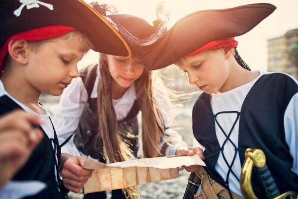Piratenhut basteln mit Kindern – coole Ideen für Ihre nächste Kostümparty kinder schatzsuche garten