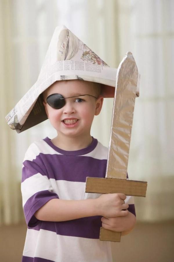 Piratenhut basteln mit Kindern – coole Ideen für Ihre nächste Kostümparty papier hut piraten kostüm