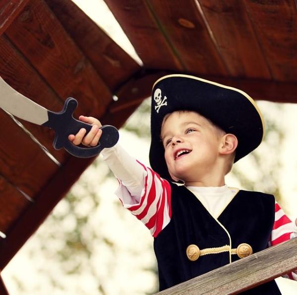 Piratenhut basteln mit Kindern – coole Ideen für Ihre nächste Kostümparty pirat kind spiel ideen