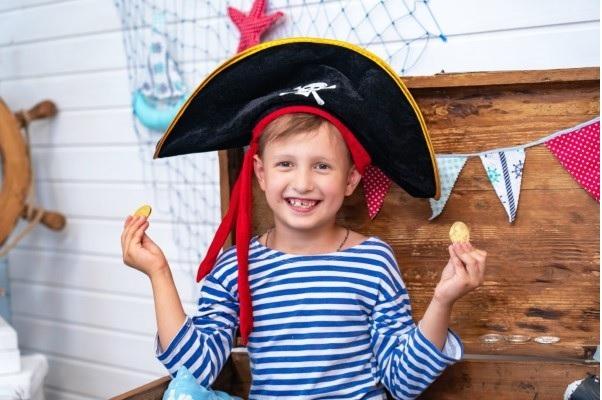 Piratenhut basteln mit Kindern – coole Ideen für Ihre nächste Kostümparty schoko münzen party ideen