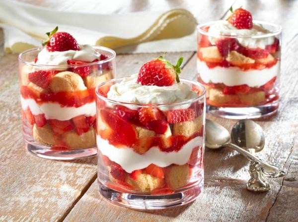 Rezeptideen Erdbeer-Tiramisu im Glas zubereiten