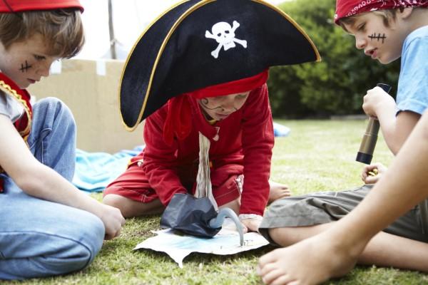 Schatzkarte basteln – kreative Ideen für Ihre nächste Piratenparty kinder spielen piraten kostüme