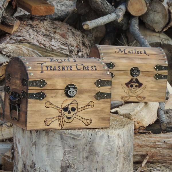 Schatzkiste basteln mit Kindern – lustige Ideen und Anleitung für Ihre Piratenparty holztruhe kaligraphie ideen diy