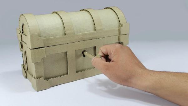 Schatzkiste basteln mit Kindern – lustige Ideen und Anleitung für Ihre Piratenparty karton box mit schlüssel