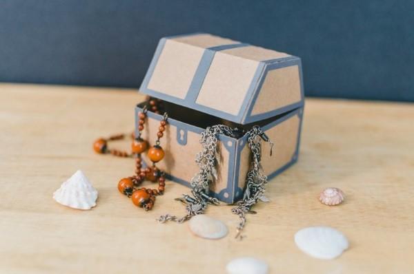Schatzkiste basteln mit Kindern – lustige Ideen und Anleitung für Ihre Piratenparty karton schachtel diy ideen