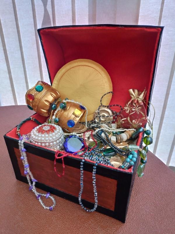Schatzkiste basteln mit Kindern – lustige Ideen und Anleitung für Ihre Piratenparty schatz truhe juwelen kinder party