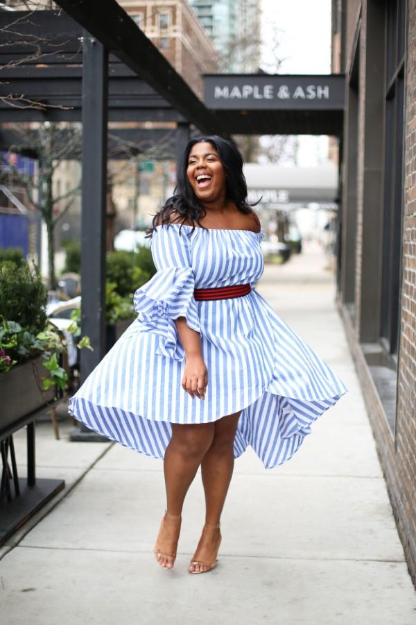 Schlankmachende festliche Kleider – wie optische Täuschungen Sie schlanker machen können helles blaues kleid streifen