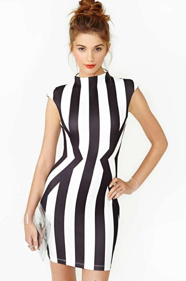 Schlankmachende festliche Kleider – wie optische Täuschungen Sie schlanker machen können vertikale streifen kleid