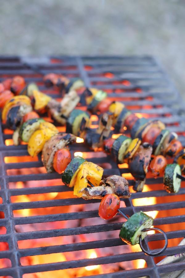 Sommerliche Salate zum Grillen und Genießen – köstliche und gesunde Rezeptideen kebab spieße grill feuer