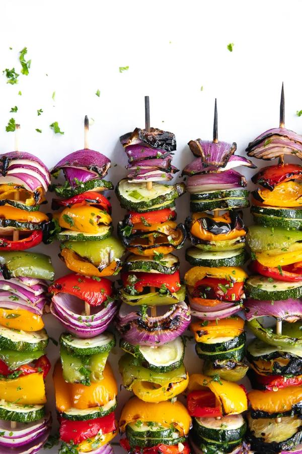 Sommerliche Salate zum Grillen und Genießen – köstliche und gesunde Rezeptideen leckere spieße salat